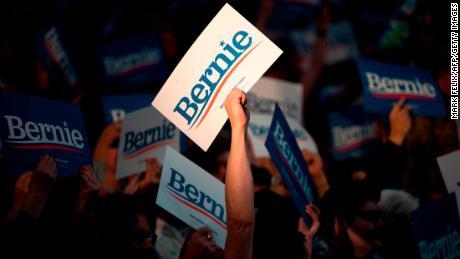 I sostenitori della Speranza presidenziale democratica del Vermont, il senatore Bernie Sanders, applaudono durante una manifestazione all'Università di Houston a Houston, in Texas, il 23 febbraio 2021.