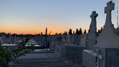 I cimiteri spagnoli dicono che seppelliscono due o tre volte più persone del solito.