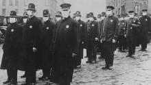 La polizia di Seattle indossa maschere durante l'epidemia di influenza del 1918, che ha causato la morte di milioni di persone in tutto il mondo.