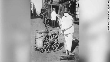 Un addetto alle pulizie di New York che indossa una maschera per controllare la diffusione dell'epidemia di influenza.