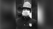 Un poliziotto americano che indossa un