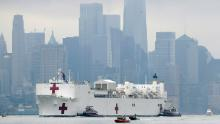 La nave dell'ospedale della Marina spiegata a New York con una capacità di 1.000 posti letto tratta solo 20 pazienti