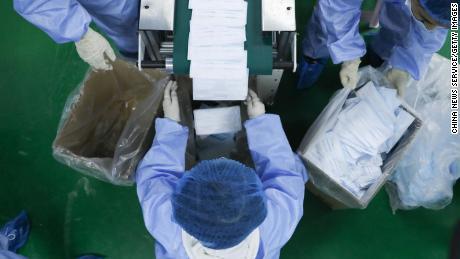 Coronavirus avvia 'Mask War' mentre le cariche volano