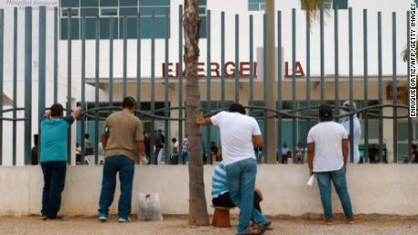 I parenti aspettano fuori dall'ospedale informazioni sui familiari infetti da Covid-19 a Guayaquil il 1 aprile.