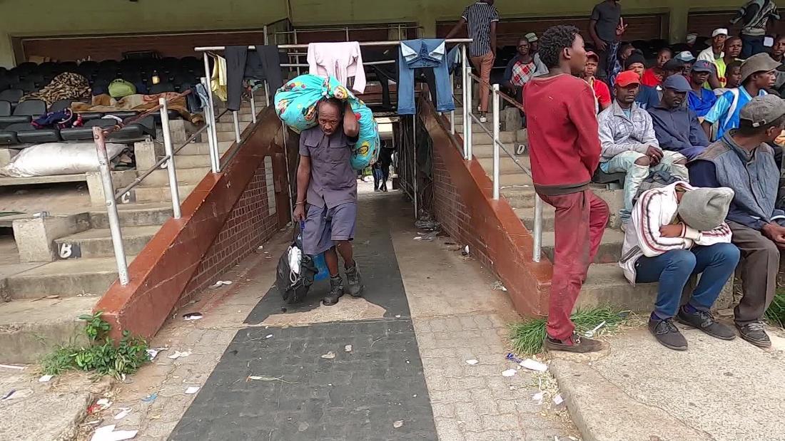 Coronavirus in Sudafrica: i senzatetto si sono riuniti in uno stadio sportivo mentre la pandemia separa i ricchi dai poveri
