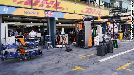 Un membro del team della McLaren è risultato positivo al coronavirus.