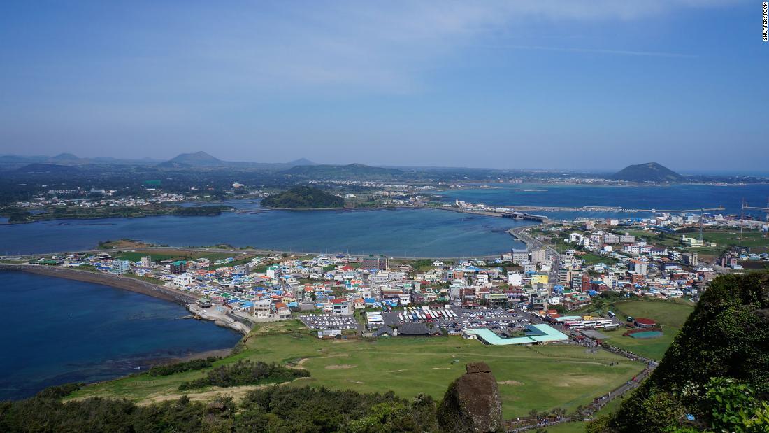 L'isola di Jeju in Corea del Sud insegue due turisti che hanno visitato pur avendo sintomi di coronavirus