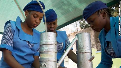 Le ragazze imparano la scienza sfidando Boko Haram