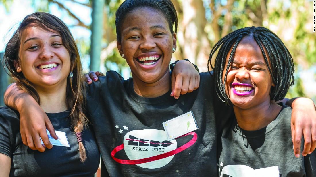 Le ragazze progettano il primo satellite spaziale privato dell'Africa