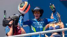 Alex Rins celebra la sua vittoria sul podio alla fine del Grand Prix americano della MotoGp Red Bull Americas.
