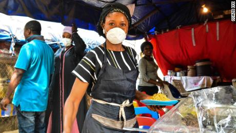 Un venditore di generi alimentari nella capitale nigeriana Abuja ha detto alla CNN che non poteva permettersi di rimanere a casa. Foto di Osaze Efe.
