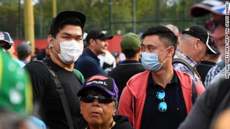 I fan si schierano davanti alle porte prima della prima sessione di prove libere del Gran Premio d'Australia di Formula 1.