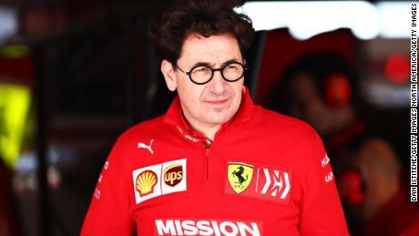Binotto esamina il garage durante i test finali per il Gran Premio di F1 degli Stati Uniti.