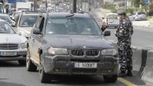 Le forze di sicurezza libanesi fermano le auto in un checkpoint lungo la strada a nord di Beirut il 6 aprile, mentre le autorità applicano nuove misure per limitare il traffico di veicoli.