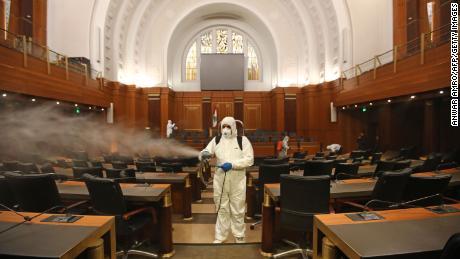 Il 10 marzo, gli operatori sanitari disinfettano i banchi e le sedie del parlamento libanese.