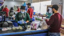Il 23 marzo, i dipendenti lavorano con maschere e guanti protettivi in un negozio a Batroun, nel nord del Libano.