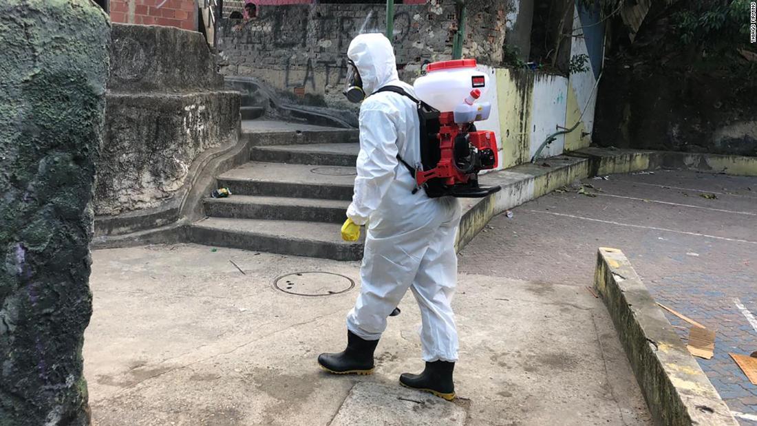 Residente della favela brasiliana che ha visto arrivare un coronavirus