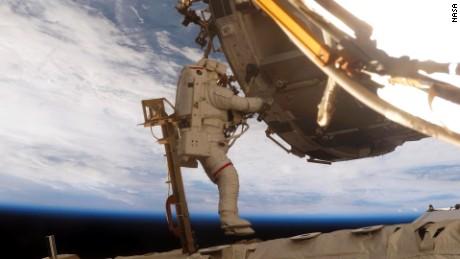 Scott Parazynski, che ha camminato sette volte nello spazio, ha contribuito a costruire la stazione spaziale nel 2007.