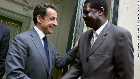 Diouf stringe la mano al ministro dell'interno francese, all'epoca Nicolas Sarkozy.