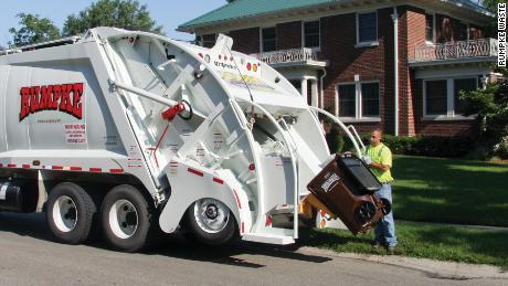 Rumpke & amp; waste La settimana scorsa il riciclaggio ha assunto nuovi dipendenti per gestire un massiccio afflusso di rifiuti domestici.