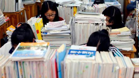 Gli studenti delle scuole superiori studiano di notte per prepararsi al gaokao 2016 in una scuola superiore a Lianyungang, nella provincia di Jiangsu, nella Cina orientale.