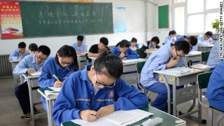 Gli studenti fanno un finto esame di ammissione a Handan, nella provincia di Hebei, nel nord della Cina, il 6 giugno 2017.