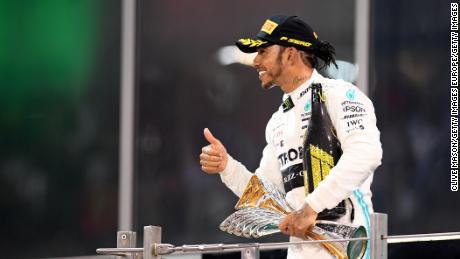 Hamilton celebra sul podio dopo il Gran Premio di Abu Dhabi.