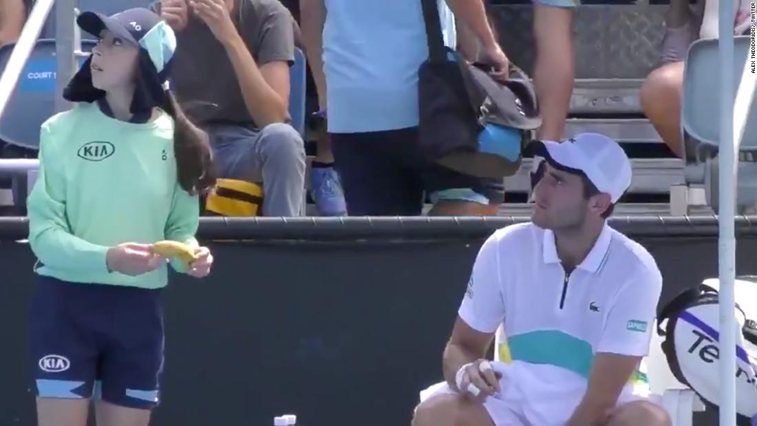 Australian Open: Elliot Benchetrit dice che la ragazza in mongolfiera sbuccia una banana soffiata sproporzionata
