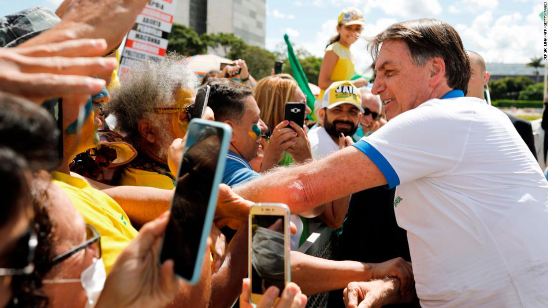 Il Brasile ha la prima morte per coronavirus mentre Bolsonaro chiama isteria misure preventive