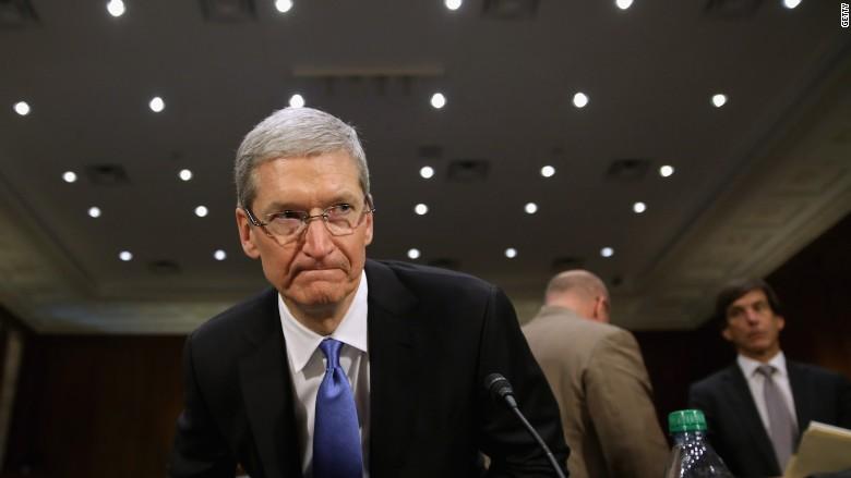 """Il CEO di Apple, Tim Cook, chiede una """"massiccia campagna"""" contro notizie false"""