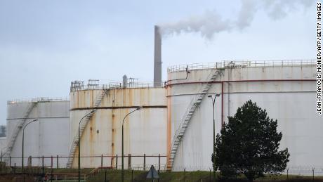 Il mondo potrebbe presto esaurire lo spazio per immagazzinare petrolio. Ciò potrebbe far scendere i prezzi sotto lo zero