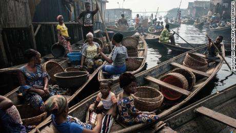 Pescatori e donne su una via navigabile Makoko il 2 marzo 2019.