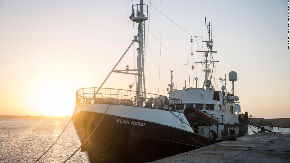L'Italia chiude i porti per salvare le navi, colpendo i migranti