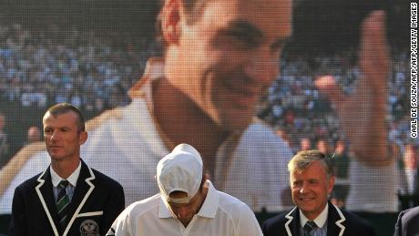La gioia della vittoria e l'agonia della sconfitta nella finale maschile di Wimbledon 2009 sono riassunte in questa foto. Roger Federer ha sconfitto Andy Roddick in cinque set.