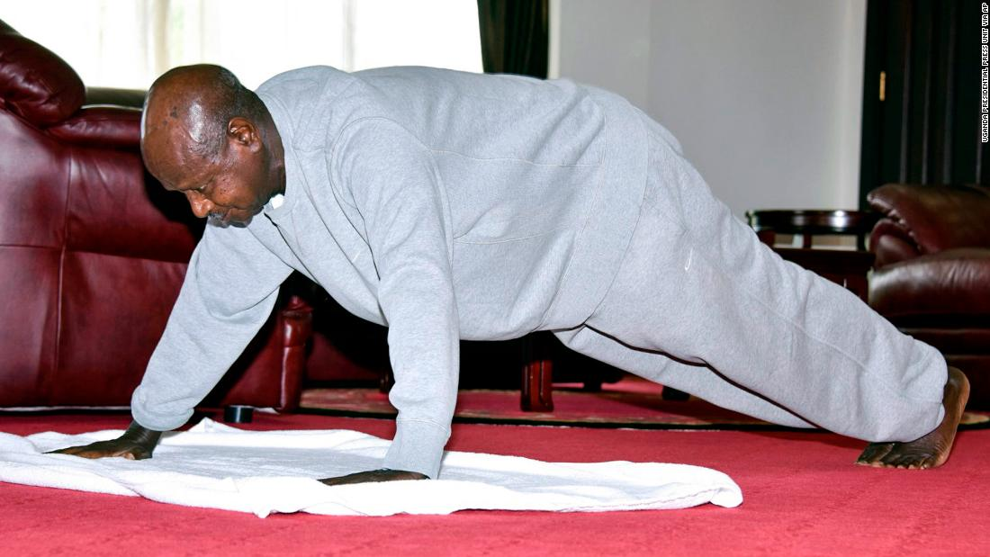 Il presidente ugandese Yoweri Museveni pubblica un video di formazione indoor per tenere i cittadini a casa