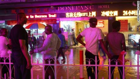 Gli africani si trovano di fronte all'hotel Don Franc a Guangzhou, prima della crisi del coronavirus.