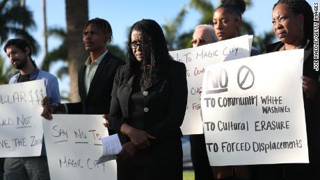 Marleine Bastien, centro, protesta contro residenti e attivisti contro i piani di Magic City.
