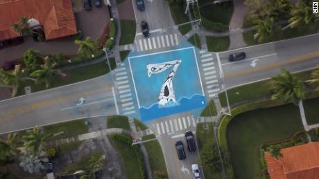 A Pinecrest, l'artista Xavier Cortada ha installato murales che mostrano quanti piedi al di sopra del livello del mare si trovano.