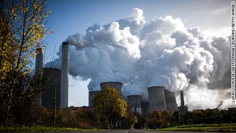 Il vapore fuoriesce da una centrale elettrica a carbone in Germania.