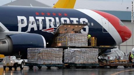 I New England Patriots rubano 1,2 milioni di maschere protettive dalla Cina dopo un'operazione di