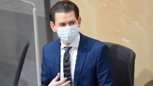 Il cancelliere austriaco Sebastian Kurz indossa una maschera protettiva al suo arrivo in una sessione straordinaria del Consiglio nazionale il 3 aprile a Vienna.