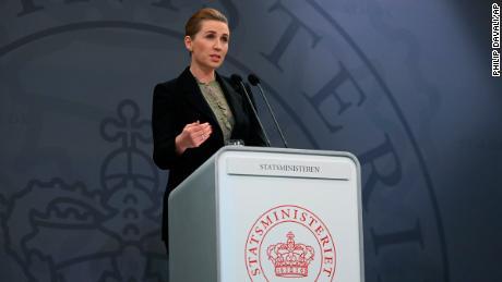 Il primo ministro Mette Frederiksen parla in una conferenza stampa sui coronavirus a Copenaghen, in Danimarca, lunedì.
