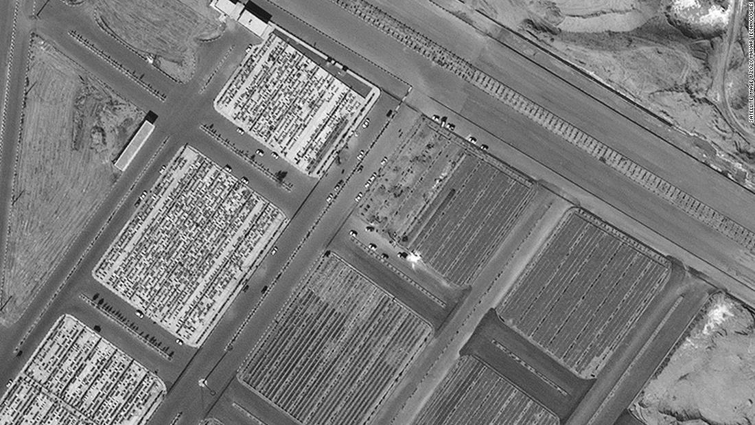 L'Iran costruisce fosse di sepoltura per le vittime del coronavirus, mostrano le immagini satellitari