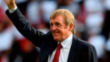 Kenny Daglish riconosce gli applausi dei fan dopo aver creato una nuova tribuna ad Anfield per suo conto nel 2017 in riconoscimento dei suoi successi come giocatore e manager a Liverpool. )