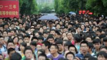 Gli studenti escono da un cortile scolastico dopo aver completato la prima materia dell'esame di ammissione all'università del 2013 a Hefei, nella provincia di Anhui, nel nord della Cina.