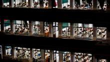 Per prepararsi al gaokao, non è raro che gli studenti trascorrano più di 14 ore al giorno a scuola, partendo a tarda notte dopo sessioni di auto-allenamento obbligatorie.