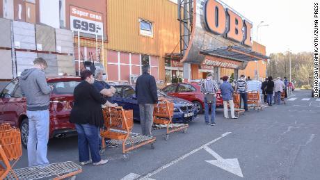 La gente aspetta in fila per entrare in un negozio riaperto nella città di Havirov, Repubblica Ceca, giovedì.