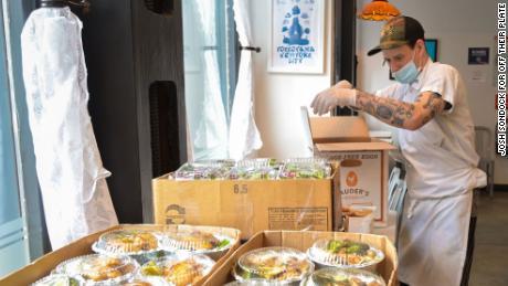 Il Golden Diner, partner del ristorante Off Their Plate di New York, prepara i pasti per l'ospedale Elmhurst.