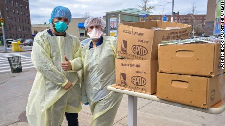I dipendenti dell'ospedale Elmhurst ricevono la consegna dei pasti dai loro piatti.