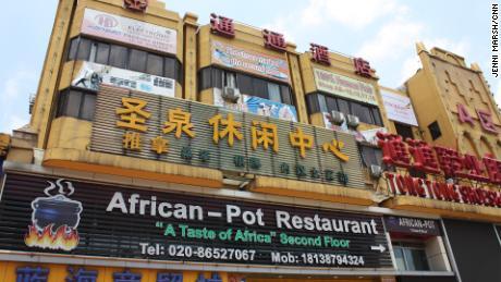 Un ristorante africano nella zona di San Yuan Li a Guangzhou, vicino al quale cinque nigeriani si sono dimostrati positivi per il virus.